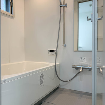 浴室乾燥や暖房、追い炊き付きのお風呂。換気用の小窓付き。※写真は3階の同間取り別部屋のものです