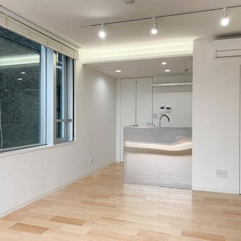 キッチンはスタイリッシュな雰囲気。※写真は3階の同間取り別部屋のものです