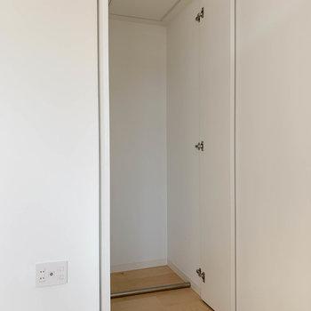 角っこにもクローゼット。実際にはパイプがつきます。※写真は3階の同間取り別部屋のものです