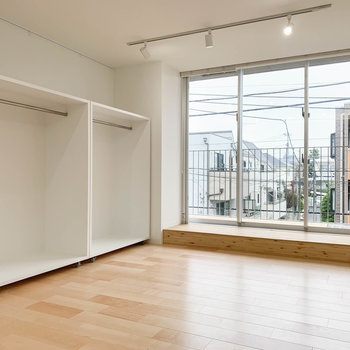 居室は10帖ほどの広さ。※写真は3階の同間取り別部屋のものです