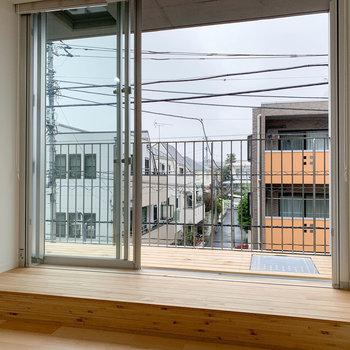 バルコニー前は小上がりになっています。※写真は3階の同間取り別部屋のものです