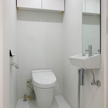 トイレ内にも手洗い場があります。※写真は3階の同間取り別部屋のものです