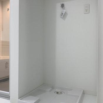 角っこに洗濯機置き場。※写真は3階の同間取り別部屋のものです