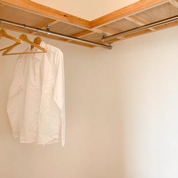 たくさんかけられますよ〜!上の棚も工夫すれば小物も収納できます!※写真はモデルルームになります