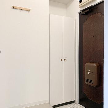 玄関の壁には白い靴箱と、こちらも木製のコート掛けが付きました!※写真はモデルルームになります
