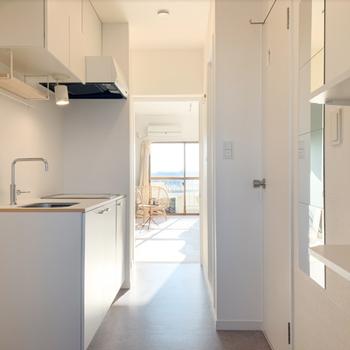 ドアを開けた瞬間から明るい、可愛らしい白いタイルの玄関です。
