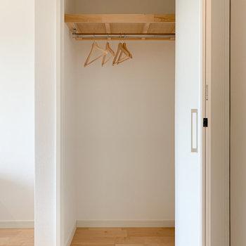 居室部分には折戸の収納があります