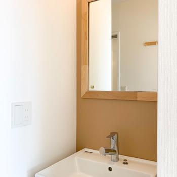 アクセントクロスが印象的な独立洗面台