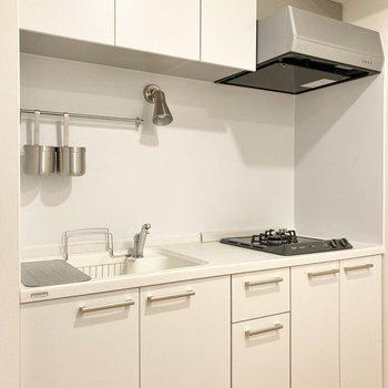白くて清潔感のあるキッチンです。