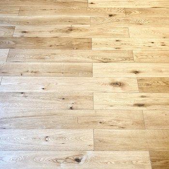 床はオーク材を使ったフローリングでさらさら〜。