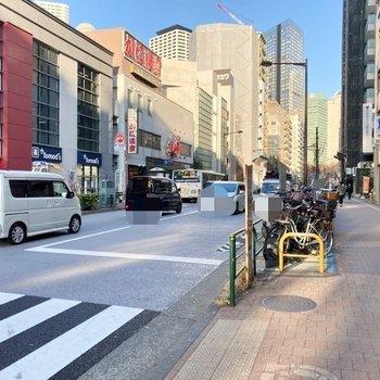 駅前は飲食店やコンビニで賑わっていますよ。