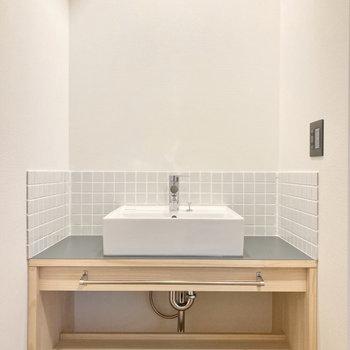 キッチン後ろにある洗面台には、玄関からどこの扉も触らずにいけちゃいます。