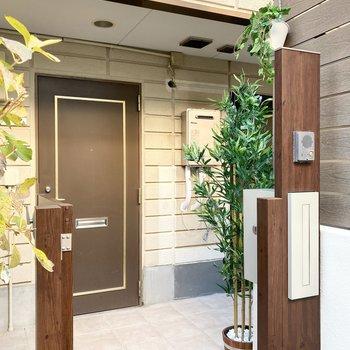 お部屋の入り口にポストとインターホンがあります。