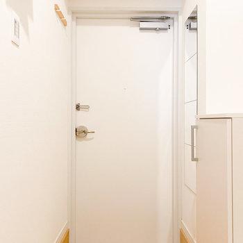 玄関は白で統一されています