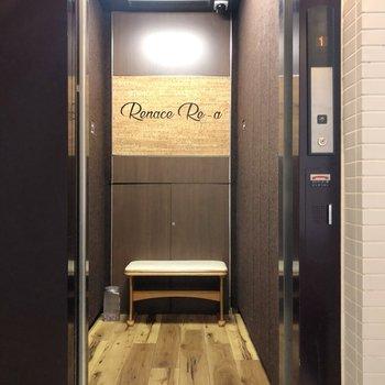 エレベーターには椅子もあるんです。