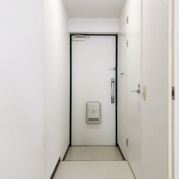 廊下を進むと右側に脱衣所があります。(※写真は7階の同間取り別部屋のものです)