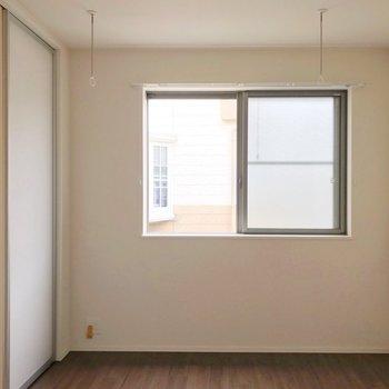 キッチンの奥には5.7帖の洋室。(※写真は2階の反転間取り別部屋のものです)