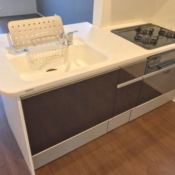 キッチンは3口コンロにグリル付きで使いやすさも◯(※写真は2階の反転間取り別部屋のものです)
