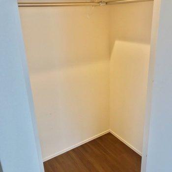 右側はウォークインクローゼット。奥行きたっぷりで整理整頓しやすいですね。(※写真は2階の反転間取り別部屋のものです)