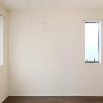ここも二面採光。ダブルベッドもしっかり置ける広さですよ。(※写真は2階の反転間取り別部屋のものです)