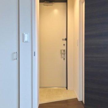 トイレは玄関側に。(※写真は2階の反転間取り別部屋のものです)