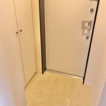 玄関はダブルロック。(※写真は2階の反転間取り別部屋のものです)