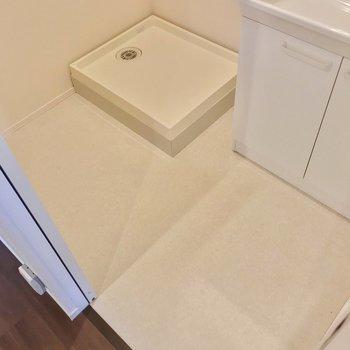 洗濯機置場の前には、大きめのカゴも置けそうですよ。(※写真は2階の反転間取り別部屋のものです)