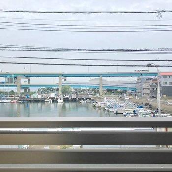 目の前には箱崎浜。ノスタルジックな雰囲気です。(※写真は2階の別部屋からのものです)