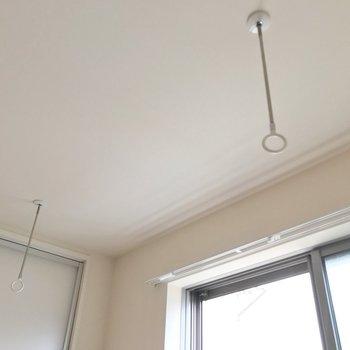 窓際には室内物干しもあります。雨の日は浴室乾燥機と一緒に使いたい。(※写真は2階の反転間取り別部屋のものです)