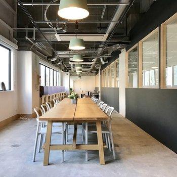 【ラウンジ】縦長のデスクスペース。他の人と交流できるのがシェアオフィスの醍醐味ですよね。