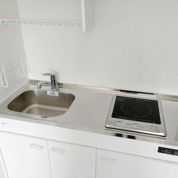 コンロは1口ですがお掃除もしやすいIHタイプ。(※写真は6階の反転間取り別部屋、清掃前のものです)