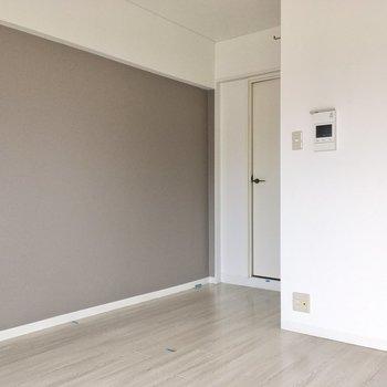 冷蔵庫はボコっと飛び出た部分に置くことになりそうです。(※写真は6階の反転間取り別部屋、清掃前のものです)