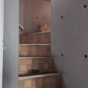 階段は少し急なので気ををつける必要があります。