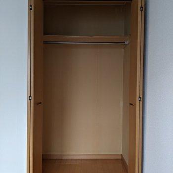【洋室】ハンガーポール付きなので洋服を収納することができます。