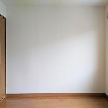 【洋室】約4.5帖の広さです。寝室としてベッドを置けます。