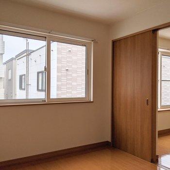 【洋室】窓は西向きなので午後は明るい光が入ります。