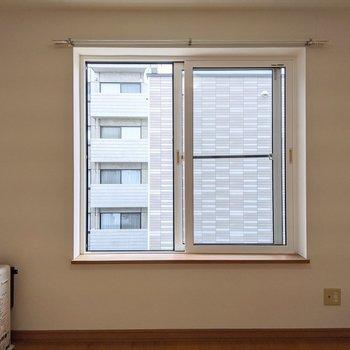【リビング】窓は西向き。午後は明るく生活できます。