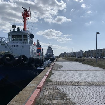 船も停泊していて港街、という雰囲気です。