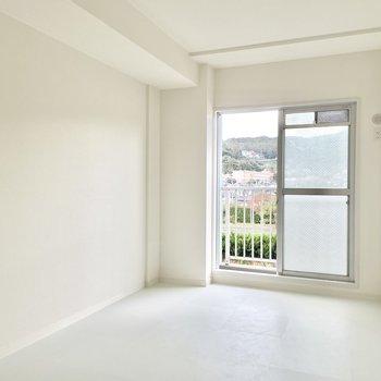 【モデルルーム画像】6帖寝室。白のフロアタイルで爽やか仕上げ。床の色味は2色から選んでいただけます。