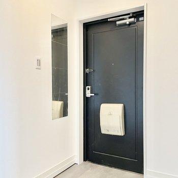 【モデルルーム画像】玄関には姿見が付きます