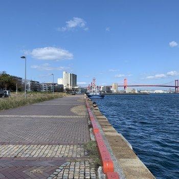 海沿いの遊歩道をお散歩できるのが周辺環境が魅力的。若戸大橋も画になります。