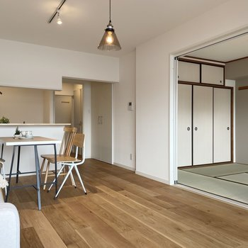 【モデルルーム画像】リビング横の居室を和室か洋室かを選べます。もしくは壁を抜いて大きなリビングにしてもOK!