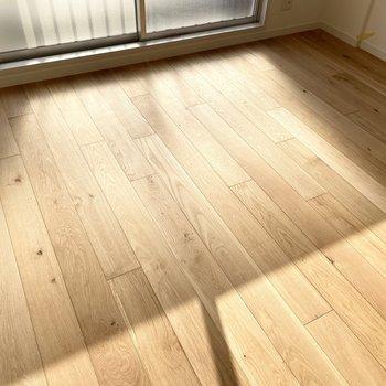【モデルルーム画像】オーク材の床。ホンモノの木だと見た目の美しさが格段にアップしますね(床材は3種類から選べます)