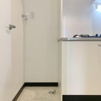 横に洗濯機が置けます。