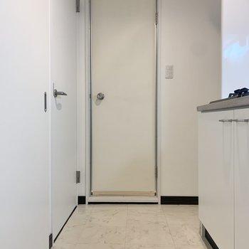 左の扉が脱衣所です。