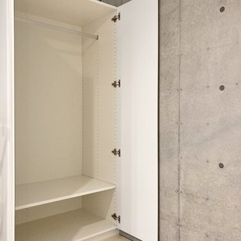 【ベッドルーム】収納にはハンガーポールが備わっています。