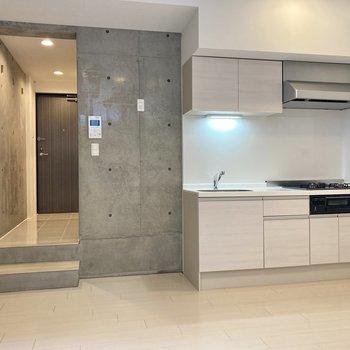 【リビングルーム】キッチンの左側が冷蔵庫スペース。