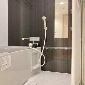お風呂には浴室乾燥が備わっていますよ。