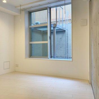 【リビングルーム】半地下のお部屋ですが、ドライエリアがしっかり設けられています。