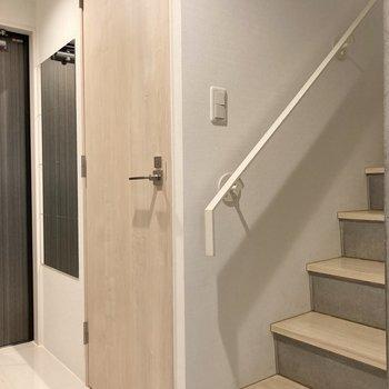 階段を上がっていきましょう。